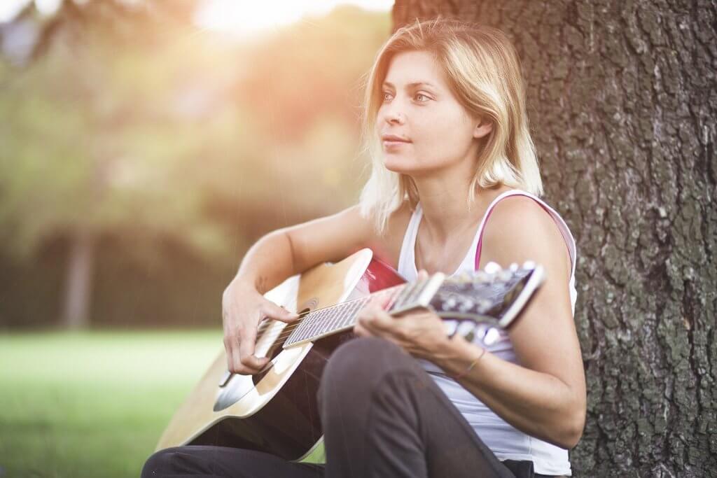 ללמוד גיטרה מהבית